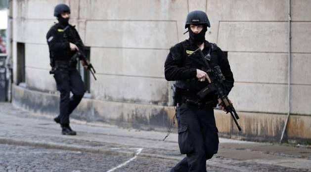 8. MAJ. 2015 KL. 14.44 Efter terrorangreb: Hvordan undgår man en militarisering af betjentene, spørger Rigspolitiet.  INDSATS. Politibetjente i København efter terrorangrebene. Foto: JENS DRESLING (Arkiv)