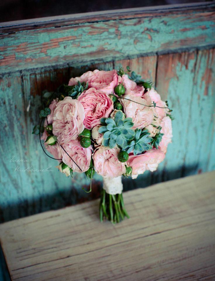 http://lflowersstudio.com/ букет невесты с нежных кустовых роз с суккулентами. wedding bouquet / vintage