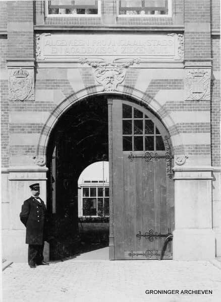Algemeen-, Stads-, Provinciaal- en Academisch ziekenhuis.  Hoofdingang met portier aan de Oostersingel in 1903.