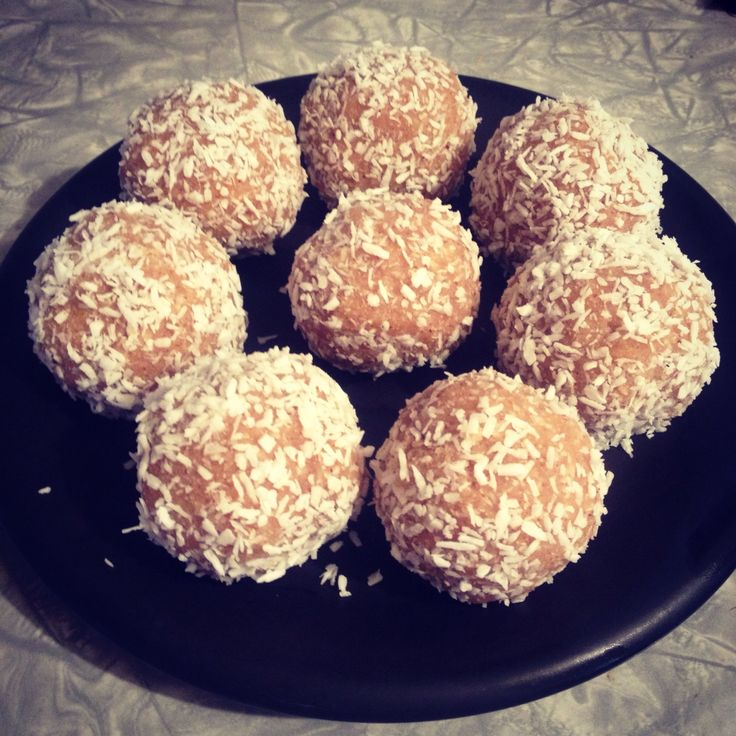 Lemon protein balls for a boost after a green smoothie brekkie