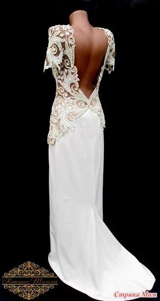 Платье изготовлено из итальянского шелка, украшено стеклянным жемчугом и хрустальными бусинами Swarovski.  На это платье понадобилось почти 1500 жемчужных бусин и 300 шт хрустальных бусин.