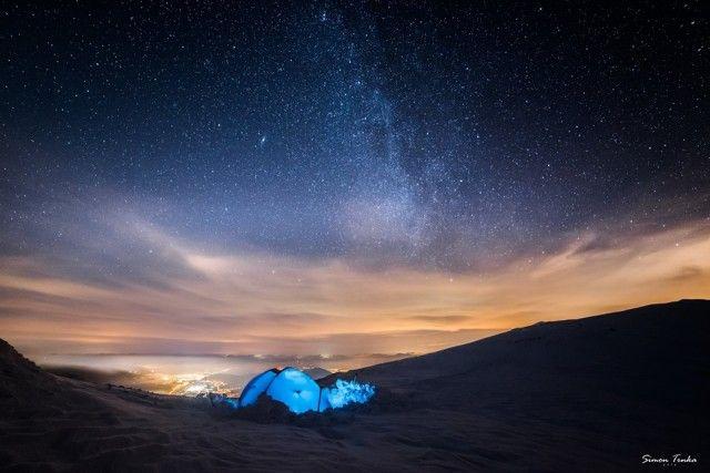 Náš milión hviezdičkový hotel na Malom Kriváni pod Mliečnou dráhou s výhľadom na vysvietenú Žilinu