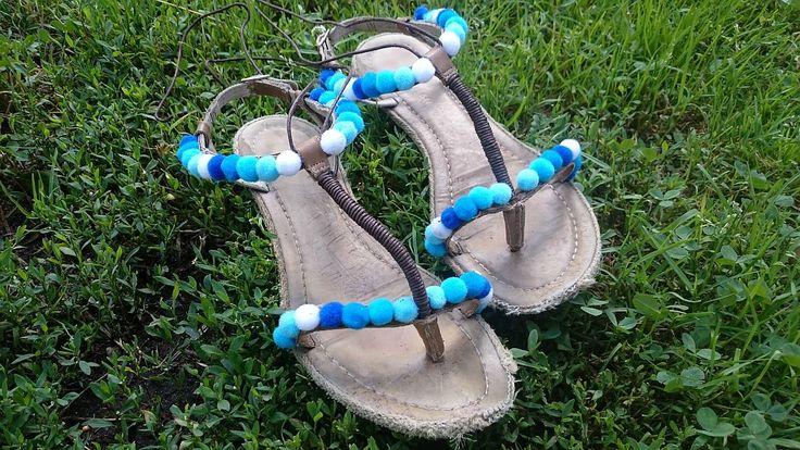 <p>Sandały z pomponami - HIT sezonu! Zobacz, jak zmienić stare sandały damskie w modne buty na lato. Doskonały pomysł na…