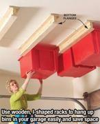 Hang een aantal houten i-vormige balken aan je plafond om plastic bakken aan op te hangen, zo bespaar je ruimte en kan je alles makkelijk opbergen.