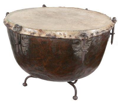 """Кавалерийский сигнальный барабан хранится в музее """"Замковый комплекс """"Мир"""""""". Корпус барабана представляет собой металлическую чашу, на которую натянута мембрана, сделанная из кожи и укрепленная обручем с шестью винтами, с помощью которых настраивали высоту звучания инструмента. В XVII — XVIII веках кавалерийские барабаны, так называемые литавры, использовались в армии Радзивиллов."""
