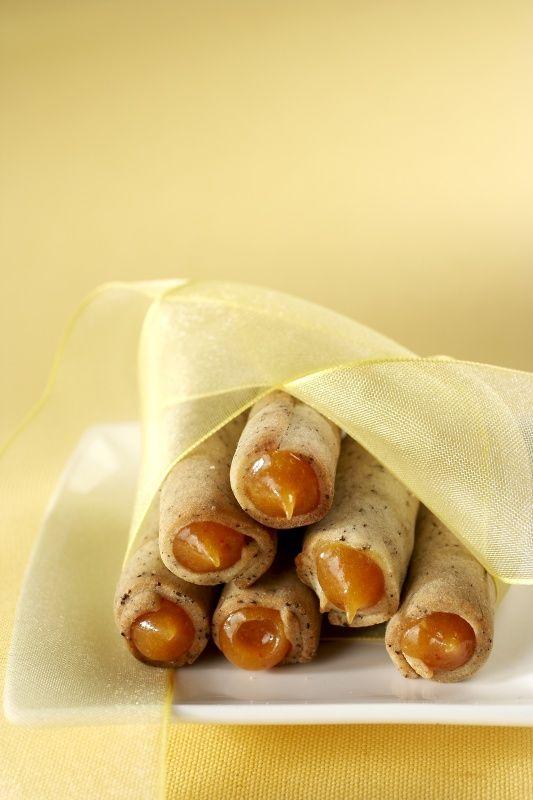 Ingredience: mouka pšeničná hladká 200 gramů, máslo 120 gramů ((nebo dobrý margarín)), cukr 60 gramů, žloutek 2 kusy, káva 2 lžíce (mletá), mouka pšeničná hladká (na vál), tuk (na potření trubiček), marmeláda 100 gramů (meruňková), žloutek 2 kusy, víno bílé 1/2 decilitru, cukr 1 lžíce.