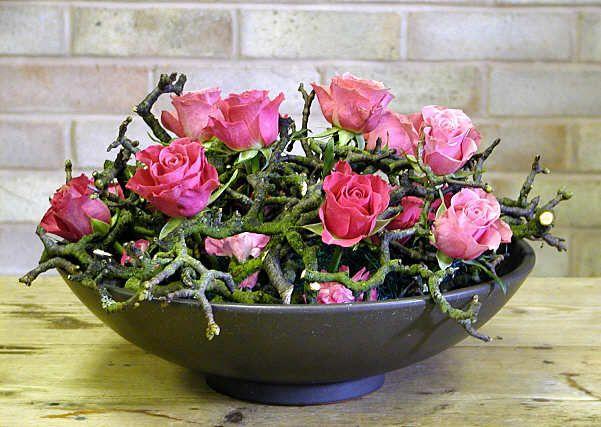 Zeer eenvoudige maar doeltreffende regeling met takken en rozen - een paar roze spuitbus anjers , vrij laag op het schuim in het centrum - diy - Ontwerp 104 door Chrissie Harten