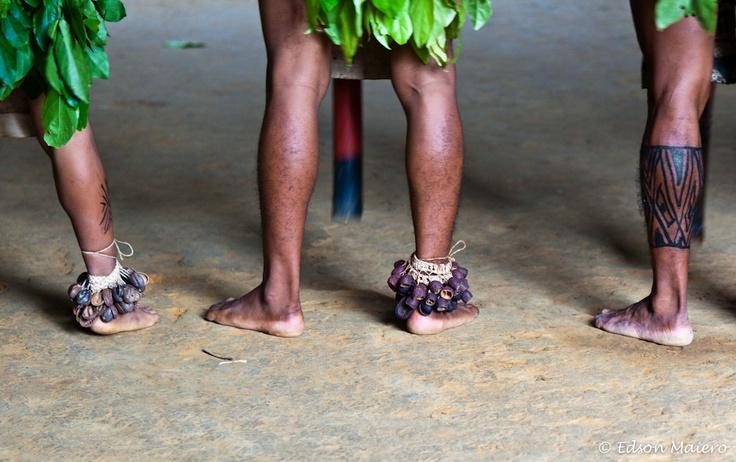 chacoalhos nos pés servem de ornamento e dão ritmo à música - comunidade indígena Tupé - Alto do Rio Negro - #Amazonas