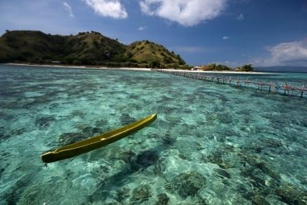 Kanawa Island Diving Resort  Pulau Kanawa, Flores  http://www.tripadvisor.de/Attraction_Review-g297729-d2314083-Reviews-Kanawa_Island_Diving-Flores_East_Nusa_Tenggara.html  http://kanawaislanddiving.com/