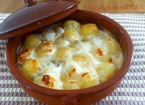 Le patate novelle gratinate al forno sono un contorno che vi piacerà sicuramente, gustoso e velocissimo da preparare. Le patate novelle sono delle piccole patate dalla pelle sottilissima