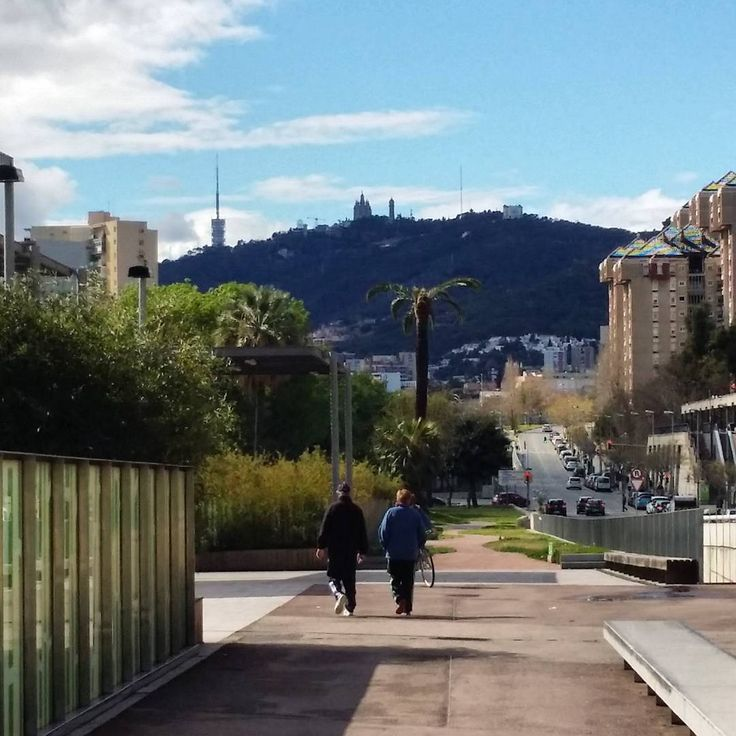Paseo de Domingo, aprobechando el paisaje que ofrece la recuperación de la parte superior de la ronda d'dalt. #barcelona #barcelonainspira #bcn  #noubarris #canyelles #guinaueta #jardinpublic #jardines #jardins #rondas