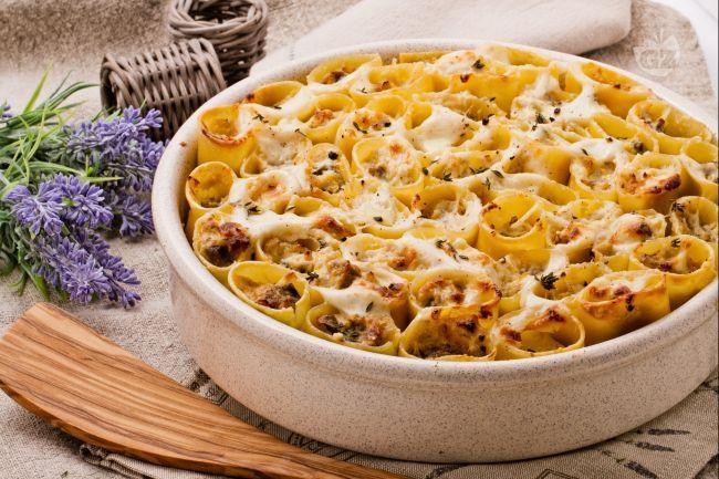 I paccheri ripieni con salsiccia e funghi sono un primo piatto molto sostanzioso a base di salsiccia, funghi e ricotta.