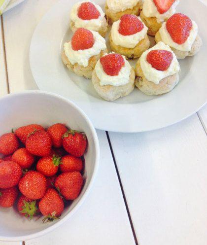 Engelse scones met aardbeien
