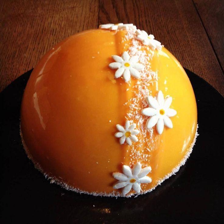 Dôme mangue passion framboise : - Dacquoise coco - Coulit framboise - Crumble coco - Mousse mangue-passion - Glaçage miroir mangue passion Dacquoise amande : 100 g de poudre d'amande 100 g de sucre glace 70 g de noix de coco 5 blancs d'oeufs 30 g de sucre...