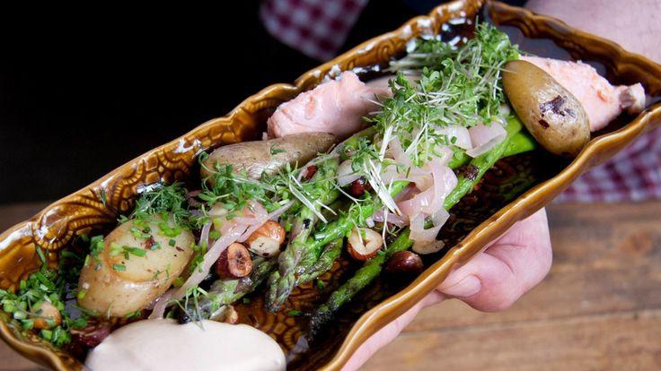 Asparges gjør seg godt sammen med røykte smaker, derfor lager Tareq Taylor en krem med varmrøykt laks til. Foto: Fra TV-serien Hygge i hagen / SVT