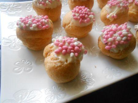 Een leuke traktatie: slagroomsoezen met muisjes! - cream puffs