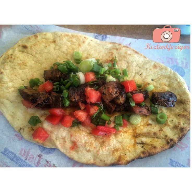 En güzel mutfak paylaşımları için kanalımıza abone olunuz. http://www.kadinika.com Manisa'da güzel dürümler yapan Dürümcü Ali Usta'da bu sefer de ciğer dürümü denedik  Önümüze bu şekilde açık gelen dürümü masanızdaki baharatlarla ağzımızın tadına göre tatlandırabilmek yemeğin en sevdiğimiz kısmı  Fiyatı 7 TL  #kizlargeziyor