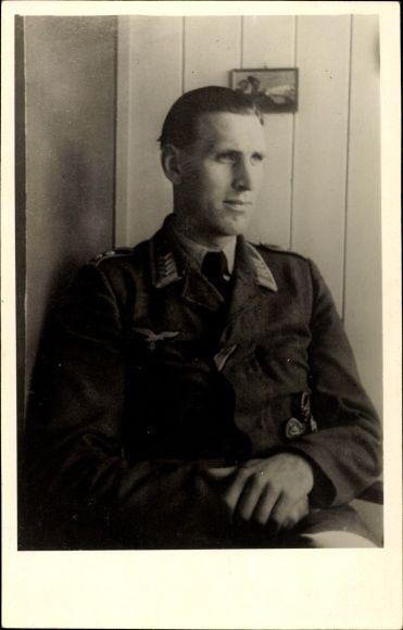 Foto Ansichtskarte / Postkarte Deutsche Wehrmacht, Luftwaffe, Oberfeldwebel, Verwundetenabzeichen, II. WK
