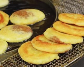 Hotteok ou crêpes sucrées coréennes à la cannelle et aux cacahuètes