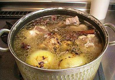 Мясокостный бульон Для приготовления мясокостного бульона используются и кости, и мясо (лучше брать мякоть грудинки, лопатку или подлопаточные части).