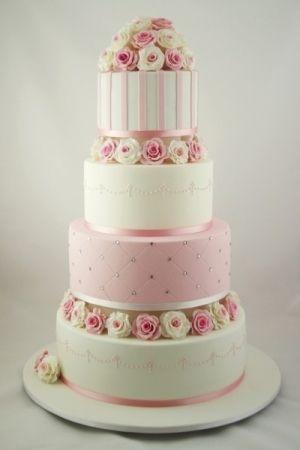 Kan godt lide farve spillet på denne kage, at det skifter på de forskellige etager, men stadig samme farve. Der ville det passe rigtig godt med grønt til vores bryllup og så måske lyserøde/støvetpinke roser..