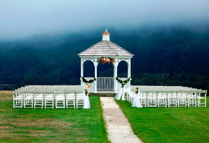 How beautiful is this outdoor wedding setting? #wedding #decor #inspiration