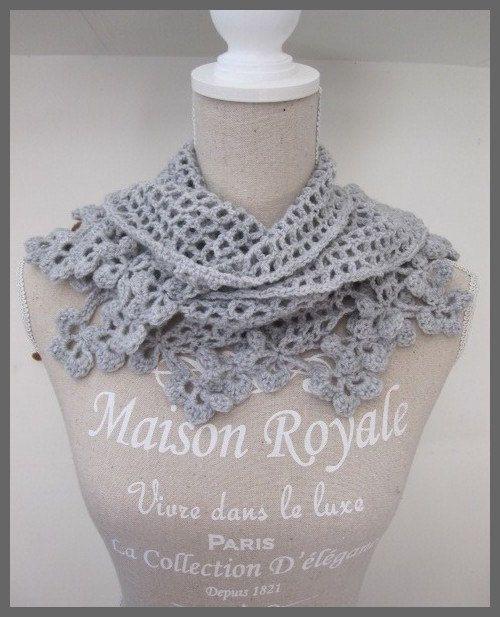 Gehaakte omslag sjaal/doek met bloemetjes rand in licht grijs