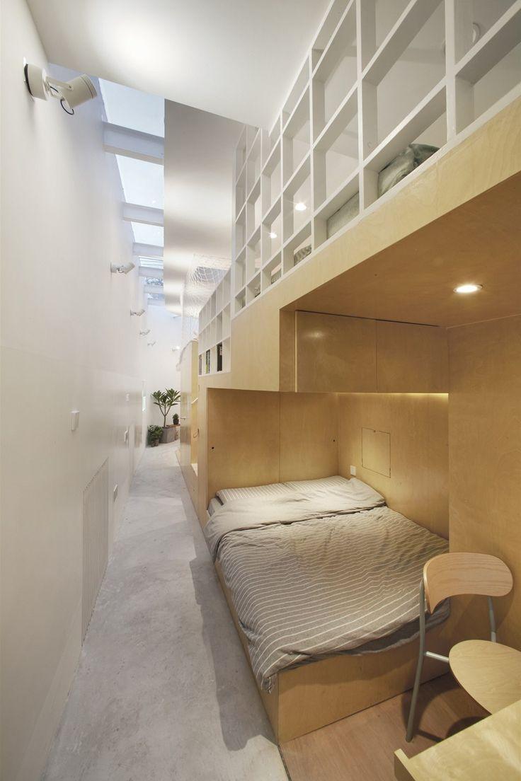 V malometrážním domě jsou stavebně neoddělené sofistikované ložnice s dvoulůžky pro prarodiče a rodiče a jednolůžky pro synky.