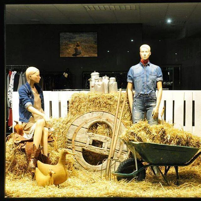 """Un año más hemos colaborado con @patipatichula para inaugurar la campaña AW'16 con otro escaparate que de la bienvenida al otoño. Y esta temporada, aprovechando que está de moda """"granjero busca esposa"""" 😂😂. Hemos recreado un establo de caballos, como siempre, utilizando elementos reciclados. #oarmariodepati #retail #decoracion #vintagedecor #deco #mueblesrestaurados #howyouhome #diy #diydecor #indistrial #chester #casa #furniture #decorating #designfreak #interiorandhome #instadesign…"""