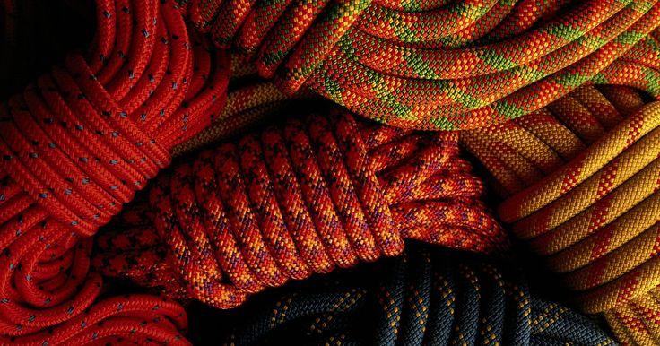 Como fazer um cinto utilizando corda paracord com trança de cobra. A paracord é um tipo de corda reforçada e flexível feito de fios tecidos de náilon. É tipicamente utilizada para cabos de suspensão e de segurança, apesar de poder ser entrelaçada para criar cintos e acessórios de bijuteria. Uma trança de cobra, também conhecida como nó cobra ou trança portuguesa, é um tipo de nó decorativo. Um cinto de paracord ...