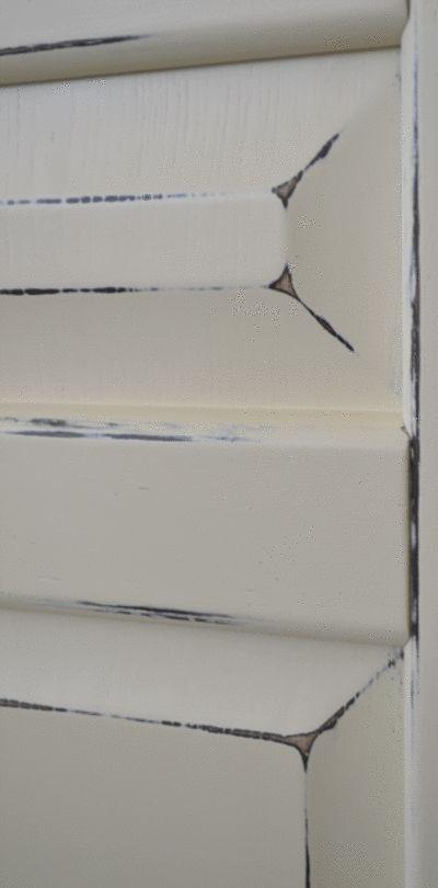 Винтажный стиль, «шебби шик». Обработка происходит в несколько слоев покрытия, с промежуточной сушкой, шлифовкой и грунтовкой.