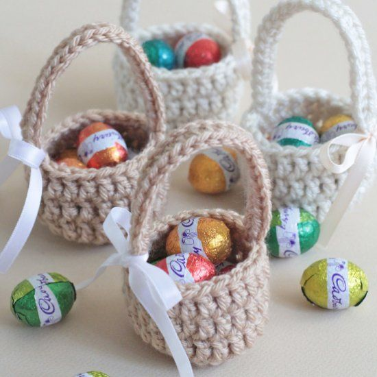 Learn how to make these quick and easy mini easter eggs baskets. Step by step picture tutorial and free pattern.