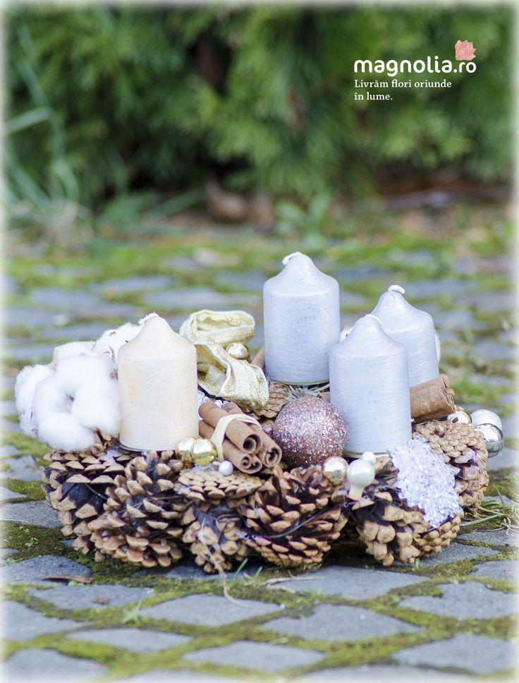 Coronita de Advent realizată din conuri de brad, scorţişoară, bumbac şi globuri. Advent wreath  with pine cones, cinnamon sticks, cotton flowers and Christmas globes