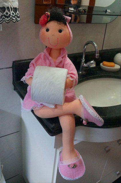 Посмотрите, какая забавная кукла -держатель туалетной бумаги. Милашка просто. Хотите научиться делать такой держатель для туалетной бумаги?  Мастер-класс здесь.