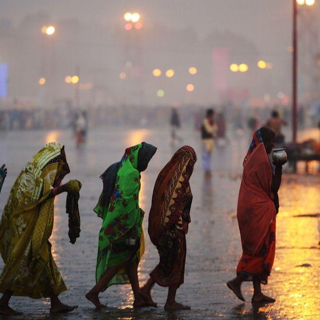 """Credenti induisti in arrivo sull'Isola di Gangasagar per immergersi nel tradizionale bagno sacro nell'oceano, in occasione del Makar Sankranti, una festa del calendario induista che ricorre il 15 gennaio. Si stima che più di 500 mila pellegrini induisti e sadhu (sono """"i santi"""", gli asceti induisti) si riuniranno alla confluenza del fiume Gange e del golfo di Bengala"""