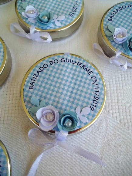 Lindas latinhas decoradas em scrapbook para Batizados.Dentro, um mini terço para marcar esta data tão especial. Fazemos nas cores desejadas. A latinha tem 5 cm de diâmetro. R$ 4,50