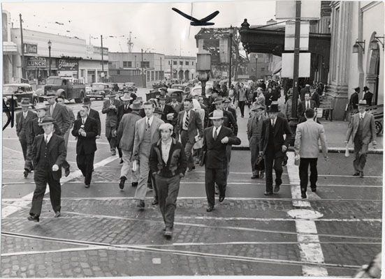 [Commuters leaving the Southern Pacific Depot at 3rd and Townsend streets] 
