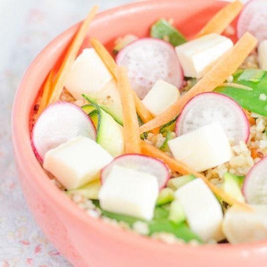 Salade printanière au reblochon de Savoie, quinoa, carotte, radis