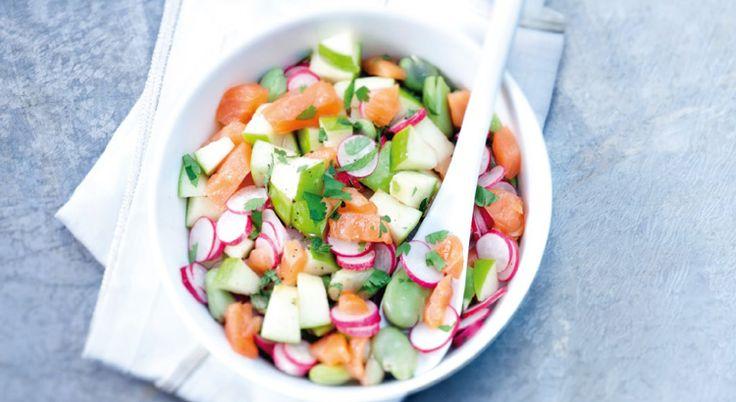 Avec du saumon fumé, des fèves, des radis et des pommes vertes, préparez une savoureuse salade qui croque. A déguster au déjeuner.