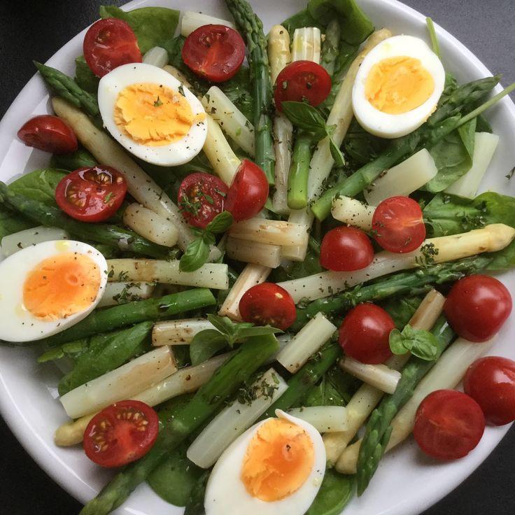 San's quick and yummies: Slaatje van asperges, spinazie en kerstomaatjes