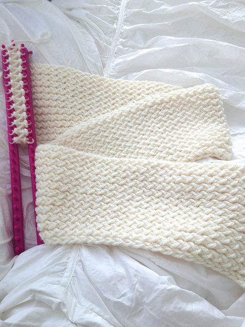 how to use a knitting loom to make an infinity scarf