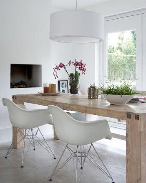 Kunststof eetkamerstoelen met metalen frame geven de eetkamer een stoere touch. De houten tafel geeft sfeer en de combinatie van deze twee brengt het geheel in balans. Maak af met een kleurrijk schilderij of een grote vaas.