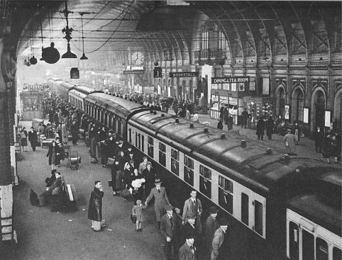 Paddington Station. Everybody clambering to get away from bombed London. 1940.https://www.flickr.com/photos/castlekay/3251621640/