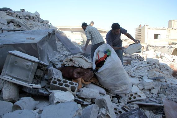 Kisah Haru Yahya Selamatkan Bayi Mungilnya dari Bawah Reruntuhan  KIBLAT.NET Idlib  Haru bercampur sedih menyelimuti hati Yahya Mahtuk (32) warga Idlib Suriah ketika menemukan bayi perempuannya masih bergerak di bawah puing-puing bangunan rumahnya. Kurang lebih dua jam dia dibantu petugas mengangkat puing demi puing untuk mencari anak bungsunya itu.  Dengan penuh kesedihan sekuat tenaga Yahya mencari lokasi kamar tidur rumahnya yang hancur. Linangan air mata kesedihan berubah menjadi air…