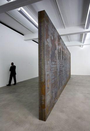 """Richard Serra, Fernando Pessoa, 2007-8. Richard Serra (San Fco, 2 11 1939) escultor post minimalista (tendencia de arte procesual) conocido x trabajar con grandes piezas de acero corten. Obtuvo el Premio Príncipe de Asturias 2010. A finales de los 60, las series Prop o Belts, la muestra Live Animal Habitat, muestran la rebeldía y originalidad de su autor, pero todavía a escala pequeña. """"Lo importante de esos 1ros tiempos"""", decía, era el proceso creativo, no el rtdo final."""