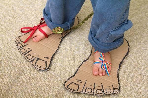 crédit photo A Happy Wanderer J'ai déjà montré comment faire d'adorables sandales en carton, voici comment fabriquer des pieds de monstres. L'idée, vue sur le blog A Happy Wanderer est la même : un bout de carton, des trous pour y passer un ruban et un noeud. Faites une queues et vous aurez droits à des rugissements dans tous les sens! Et chez vous, on aime les monstres?…