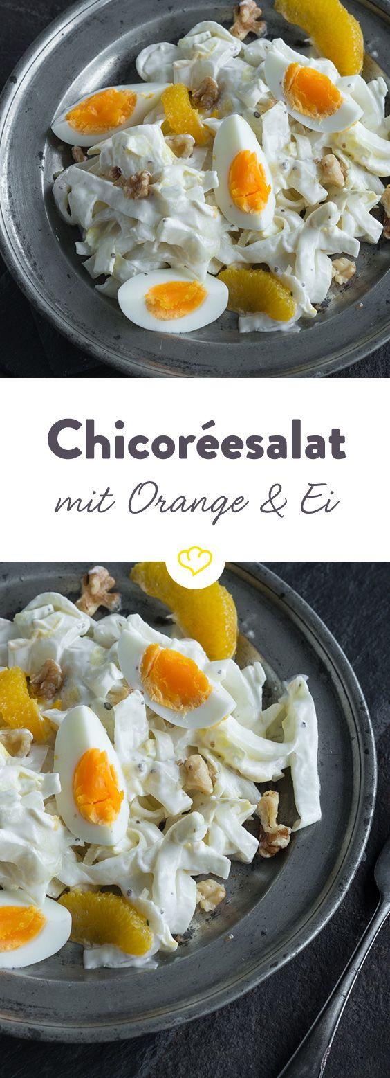 Dieser Salat hat einiges zu bieten! Chicorée und Orange haben im Winter Hochsaison und bringen viele wichtige Nährstoffe auf den Teller. Geröstete Walnüsse und gekochte Eier runden das Ganze ab und wirken dem leicht bitteren Geschmack des Chicorées entgegen.
