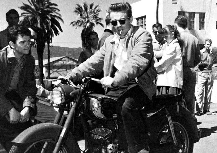 ジェームズ·ディーン    「理由なき反抗」のセットでPuchのオートバイにジェームス·ディーン
