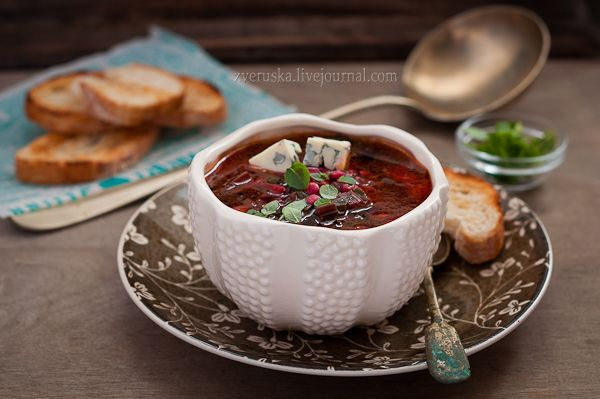 Вы покупаете молодую свеколку с ботвой? Мы всегда огорчаемся, когда на рынке у нее эту ботву нещадно откручивают и выкидывают. С ней ведь можно делать столько вкусных блюд! Помимо пирогов, в которые ботва просто-таки напрашивается, с ней варят разные летние супы. И у нас сегодня такой супчик -…