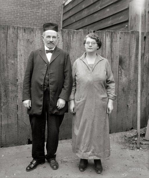 """Mo und Mammy: 1927 – Al Jolsons Eltern. """"Rabbi Moses Yoelson und Frau Ida, die Stiefmutter des Schauspielers."""